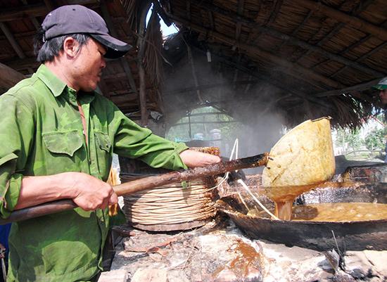 Mỗi lần nấu trong chảo khoảng 20 phút là đường chín. Ảnh: Văn Hào