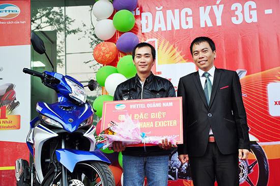 Đại diện Chi nhánh Viettel Quảng Nam trao thưởng cho khách hàng Lương Xuân Thủy (thôn Định Phước, xã Tam Nghĩa, Núi Thành) may mắn trúng xe máy Yamaha Exictrer.