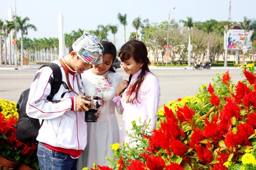 Các bạn trẻ chụp ảnh lưu niệm tại Quảng trường 24.3, TP.Tam Kỳ. Ảnh: PHƯƠNG THẢO