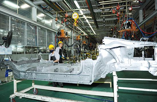 Năm 2015, Thaco bước vào giai đoạn sản xuất mới với quyết tâm cao độ của toàn thể cán bộ, công nhân viên. Trong ảnh: Công nhân làm việc tại phân xưởng lắp ráp của Thaco.Ảnh: MINH HẢI