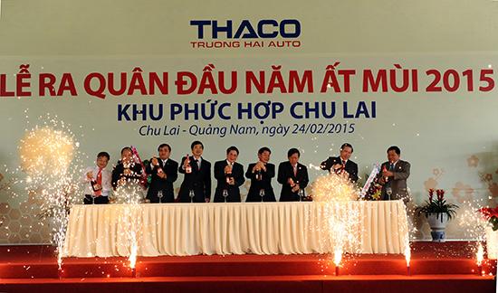 Lãnh đạo tỉnh cùng đại diện Công ty CP Ô tô Trường Hải khui sâm banh chúc mừng tại lễ ra quân đầu năm.  Ảnh: MINH HẢI