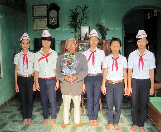 Học sinh Truờng THCS Lê Văn Tâm tặng hoa anh hùng Võ Phố.
