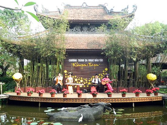 Nhóm nhạc cổ truyền biểu diễn trong Không gian Nhà Việt (Điện Bàn). Ảnh: SONG ANH