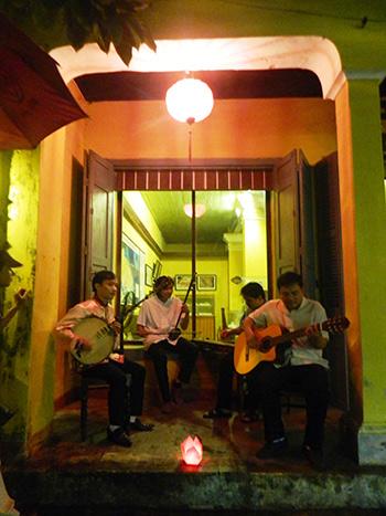 Nhóm nhạc cổ truyền đường phố ở Hội An.