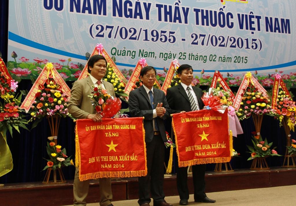 Chủ tịch UBND tỉnh Lê Phước Thanh tặng cờ thi đua cho các tập thể có đóng góp lớn cho sự phát triển của ngành