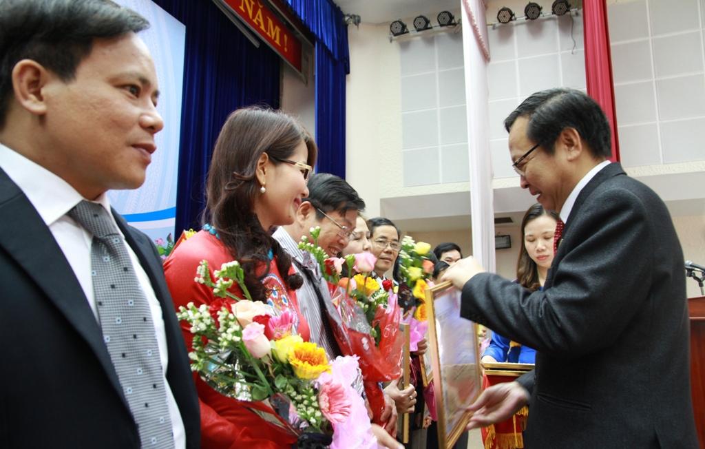 14 cá nhân có thành tích xuất sắc được lãnh đạo ngành Y tế trao tặng bằng khen
