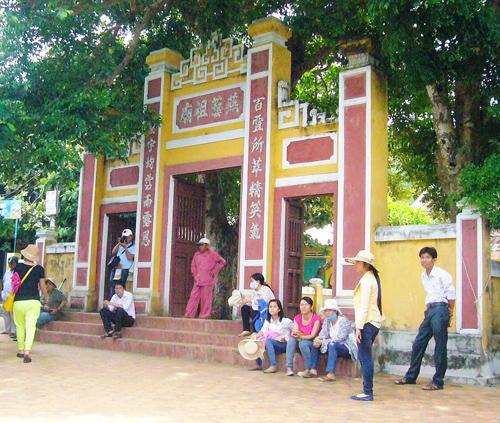 Miếu tổ nghề yến (Bãi Hương, Cù Lao Chàm) là di tích văn hóa nhưng ít được du khách đến tham quan do điều kiện cách trở.                                           Ảnh: Đ.HUẤN