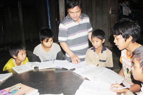 Lớp học ban đêm giúp học trò Trường Tiểu học - THCS Phước Lộc củng cố kiến thức. Ảnh: Tam Ca