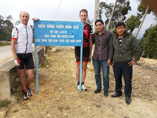  Du khách tại điểm dừng chân Đỉnh Quế, cách trung tâm huyện Tây Giang 22km. Ảnh: P.PLÊNH