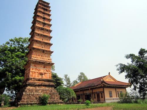 Tháp cổ Bình Sơn trong sân chùa Vĩnh Khánh.