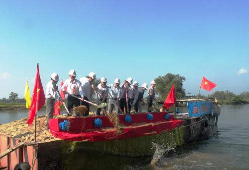 Khởi công xây dựng tuyến đập bổi ngăn mặn trên sông Vĩnh Điện. Ảnh: VĂN SỰ
