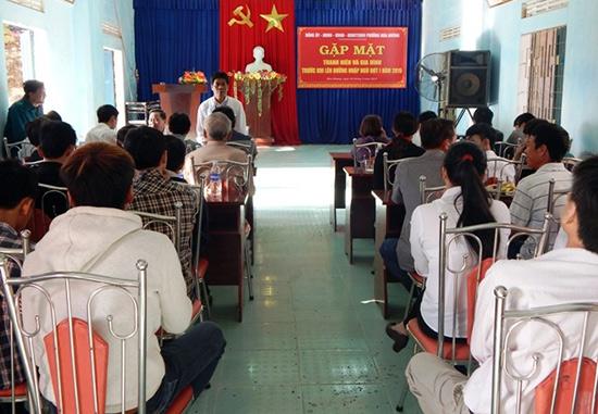 Gặp mặt thanh niên và người thân lên đường nhập ngũ tại phường Hòa Hương, TP.Tam Kỳ. Ảnh: B.LIÊN