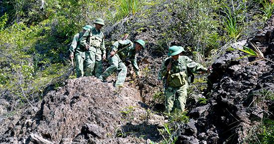 Bộ đội Biên phòng Quảng Nam tuần tra bảo vệ cột mốc biên cương. Ảnh: Hồng Anh