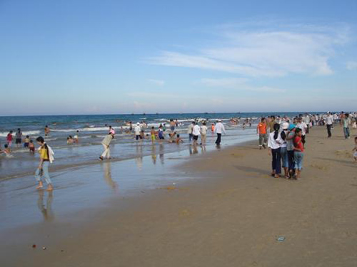 Bãi tắm Bình Minh thu hút đông đảo du khách vào những ngày hè.