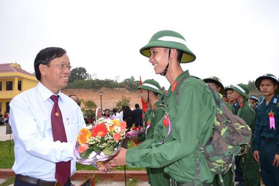 Bí thư Tỉnh ủy Lê Phước Thanh tặng hoa động viên tân binh.