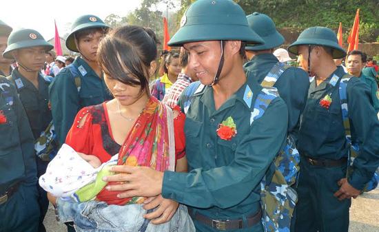 Tân binh Nguyễn Dương Ngôn bên vợ con trước giờ lên đường.