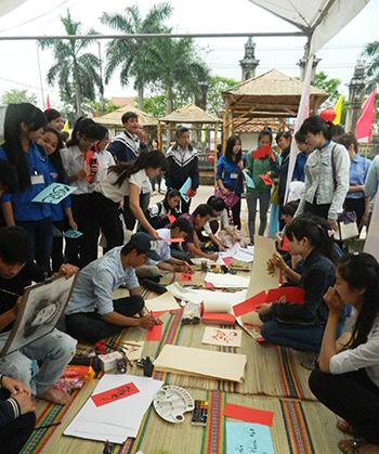 Hoạt động viết thư pháp thơ trong Ngày thơ Việt Nam 2015. Ảnh: SONG ANH
