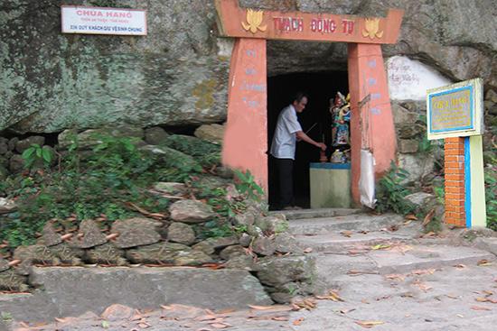 Cảnh chùa cùng bia Di tích lịch sử chùa Hang và núi Hòn Bà.
