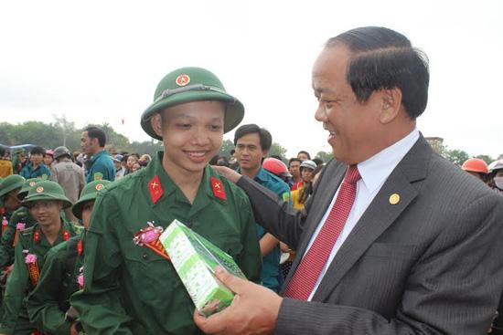 Phó Chủ tịch Thường trực UBND tỉnh Đinh Văn Thu tặng quà, động viên tinh thần chiến sĩ trẻ.