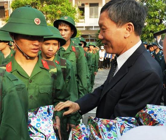 Phó Chủ tịch UBND tỉnh Trần Đình Tùng tặng quà thanh niên Tam Kỳ.