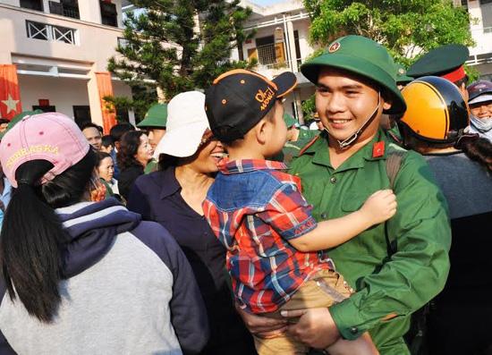 Tân binh Nguyễn Văn Tuấn (phường Hòa Thuận, TP.Tam Kỳ) ẵm cháu trước lúc về đơn vị.