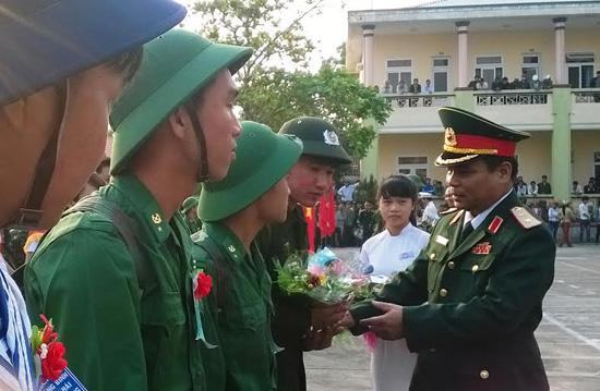 Trung tướng Lê Chiêm - Tư lệnh Quân khu 5 tặng hoa động viên các thanh niên lên đường làm nhiệm vụ.