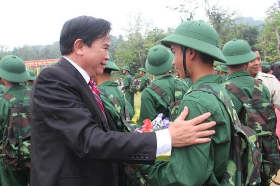 Phó Chủ tịch HĐND tỉnh Trần Kim Hùng tặng hoa, động viên các chiến sĩ lên đường nhập ngũ. Ảnh: ALĂNG NGƯỚC