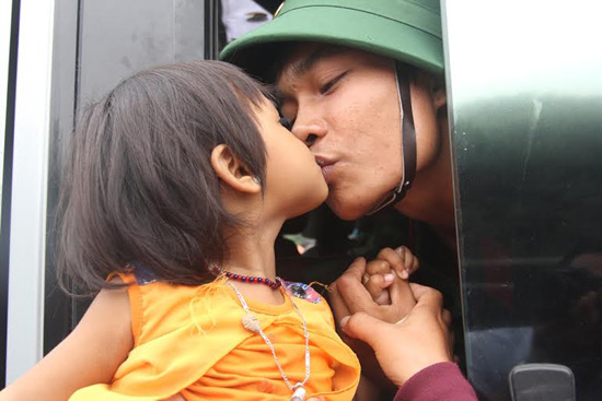 Tân binh Aviết Nga, ở thôn Brum B (xã Zuôih, huyện Nam Giang) hôn cho cháu khi lên đường. Ảnh: ALĂNG NGƯỚC