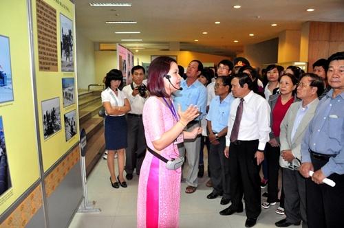 Đông đảo người dân và du khách đến xem triển lãm.