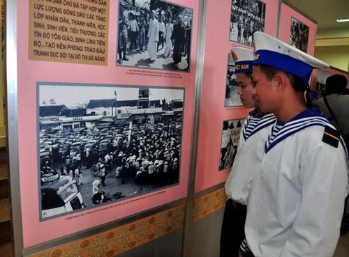 Các chiến sĩ hải quân xem ảnh Đà Nẵng những ngày mới giải phóng.