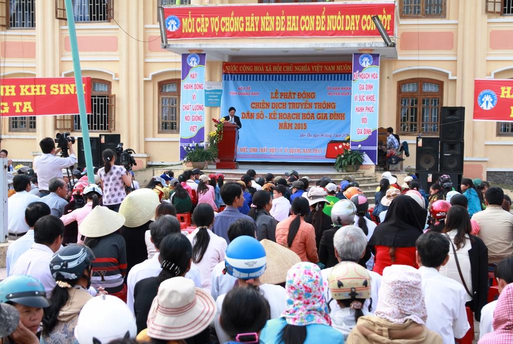 Đông đảo đại biểu và người dân địa phương đã đến dự lễ phát động