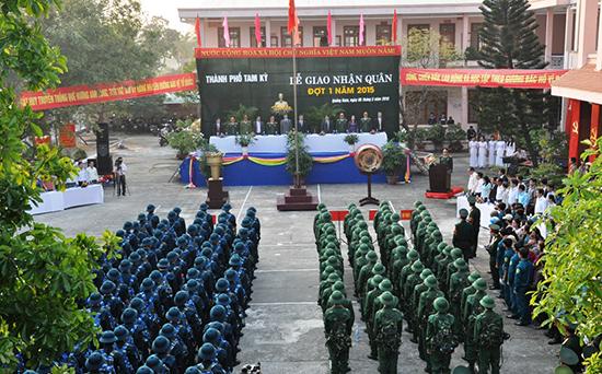 Lễ giao quân được tổ chức trang trọng tại TP.Tam Kỳ sáng 6.3. Ảnh: XUÂN NGHĨA