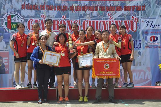 Niềm vui lần đầu tiên giành cúp vô địch của đội bóng chuyền nữ Tam Kỳ