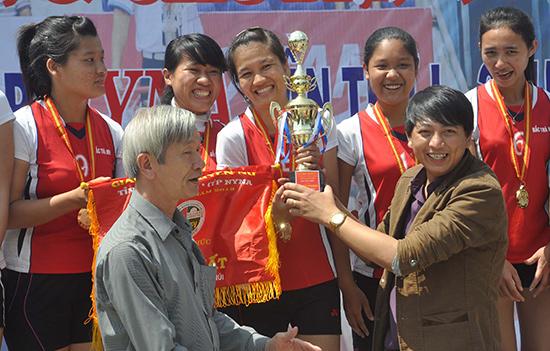 Trao cúp vô địch cho đội Bắc Trà My.