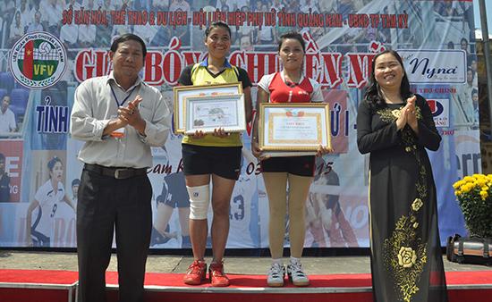Trao danh hiệu Miss cho Hồ Thị Xít - Bắc Trà My (bên phải) và vận động viên xuất sắc nhất giải cho Y Loan - Nam Giang (bên trái).