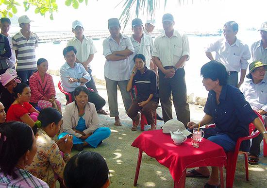 Bí thư Thành ủy Hội An - Nguyễn Sự tiếp xúc, trao đổi với người dân Bãi Hương (Cù Lao Chàm) để tìm hiểu thực tế ở cơ sở. Ảnh: ĐỖ HUẤN