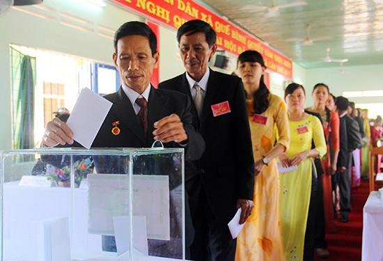 Đại biểu bỏ phiếu bầu trực tiếp các chức danh tại Đại hội Đảng bộ xã Quế Bình lần thứ IX. Ảnh: ALĂNG NGƯỚC