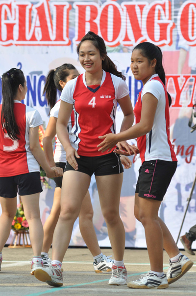 Bất chấp nắng nóng, các cô gái Bắc Trà My vẫn nở nụ cười rạng rỡ sau khi giành chiến thắng.Ảnh: AN NHI