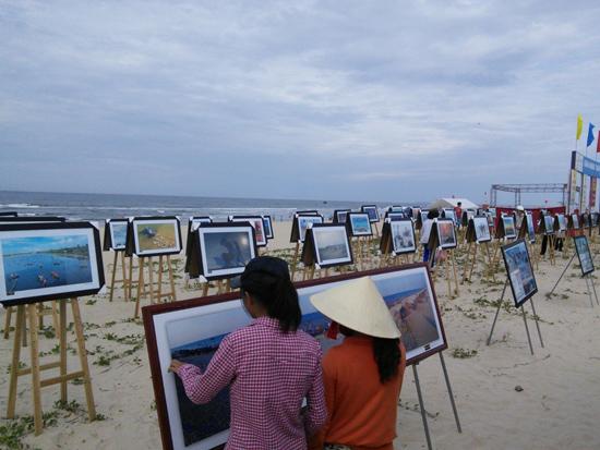 Thông qua những hoạt động sáng tác, trưng bày, triển lãm như thế này của các CLB, nhiếp ảnh Quảng Nam đã phát hiện, tìm kiếm được nhiều nhân tố mới.                             Ảnh: P.C.A