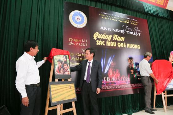 Phó Chủ tịch UBND tỉnh Nguyễn Chín cùng khai mạc triển lãm.