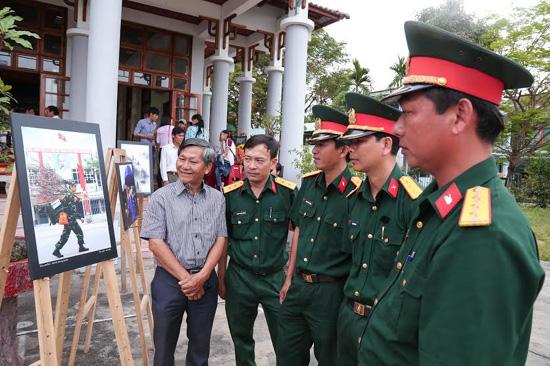 """NSNA Lê Vấn kể lại câu chuyện ảnh """"Hành trang xuân"""" cho các chiến sĩ trực thuộc Bộ Chỉ huy Quân sự tỉnh."""