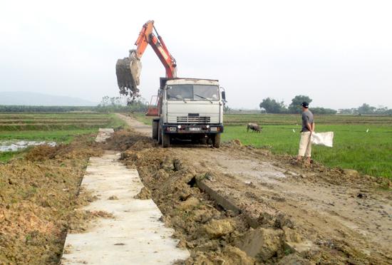 Xây dựng kênh mương nội đồng, đảm bảo nước tưới cho đồng ruộng.Ảnh: Hoàng Liên