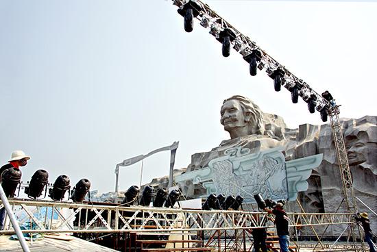 """Lắp đặt sân khấu cho chương trình nghệ thuật """"Huyền thoại Mẹ"""" tại khu Tượng đài Mẹ Việt Nam anh hùng.Ảnh: PHƯƠNG THẢO"""