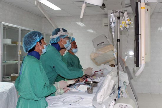 Dr. Takeshi and QNGH's doctors treat a blood vessel endoscopy case by optical coherence tomography (OCT)