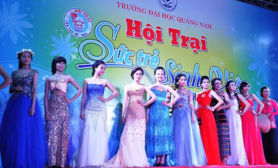 Các thí sinh quyến rũ trong trang phục dạ hội.