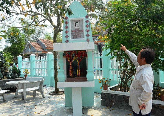 Chân dung chị Trương Thị Xáng được khắc trên đá trước ngôi nhà em trai - ông Trương Hoàng Lâm. Ảnh: H.PHÚC