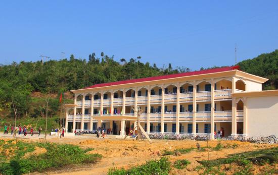 Nhiều trường học, trụ sở hành chính ở vùng cao được  xây dựng từ nguồn vốn của chương trình nông thôn mới. Ảnh: ALĂNG NGƯỚC