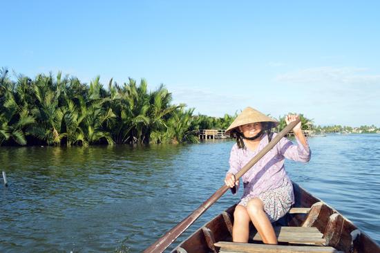 Du lịch rừng dừa Bảy Mẫu giúp những phụ nữ lớn tuổi như bà Bé có thêm nghề mới.