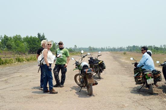 Du khách nước ngoài tham quan điểm di tích sân bay Đức Dục, Duy Xuyên.