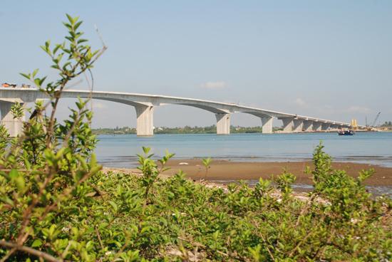 Cầu Cửa Đại đang đi vào giai đoạn hoàn thành. Ảnh:  T.VIỆT